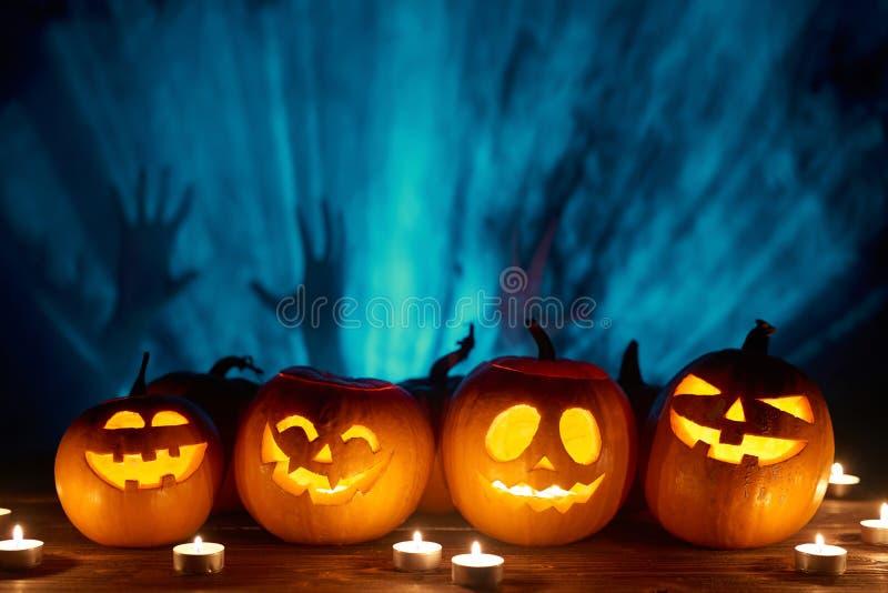 Halloween-Kürbise auf Schwarzem lizenzfreies stockfoto