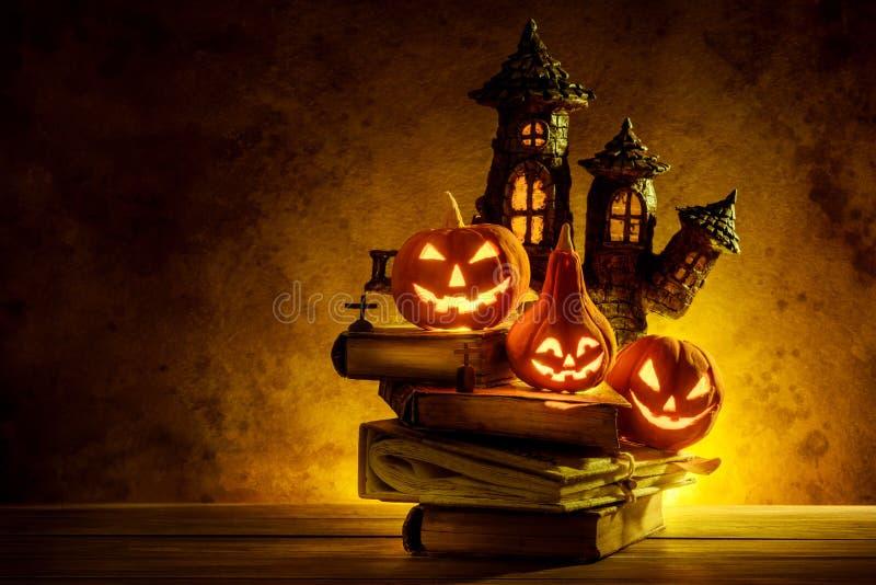 Halloween-Kürbise der Nacht gespenstisch und des Schlosses auf hölzernem lizenzfreies stockbild