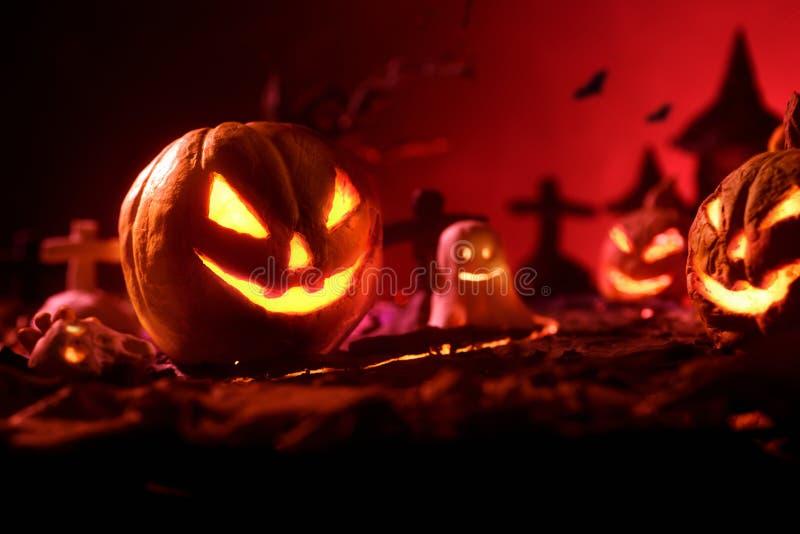 Halloween-Kürbise des nächtlichen gespenstischen Waldes und des Schlosses stockfoto