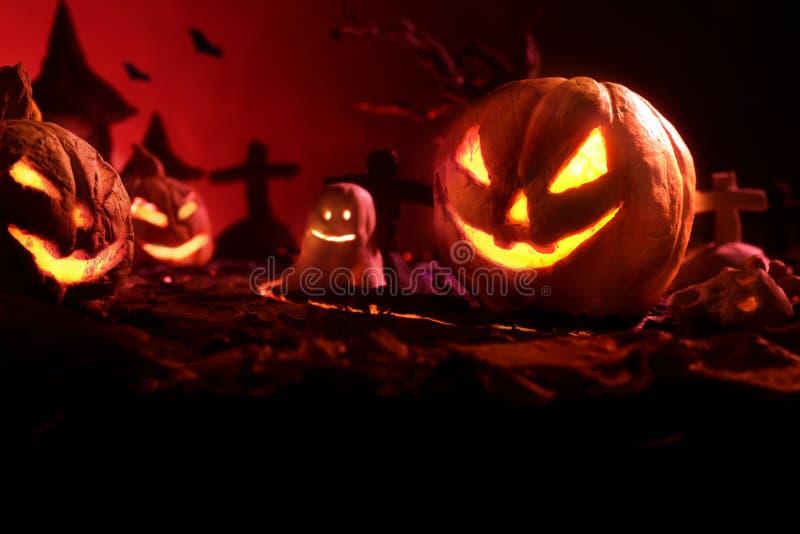 Halloween-Kürbise des nächtlichen gespenstischen Waldes und des Schlosses lizenzfreie stockfotografie