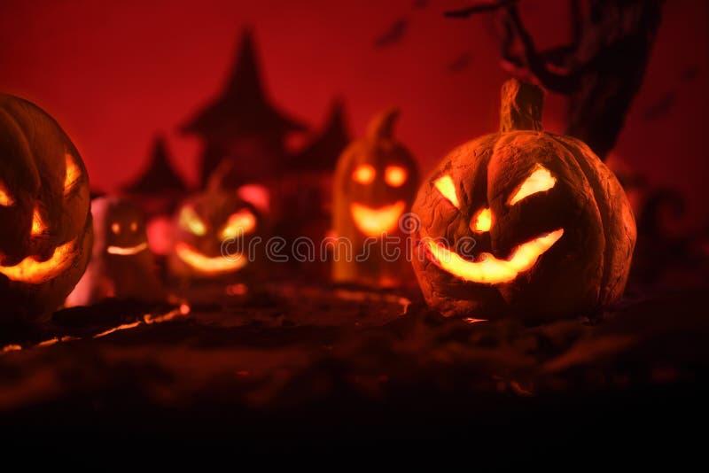 Halloween-Kürbise des nächtlichen gespenstischen Waldes und des Schlosses stockfotos