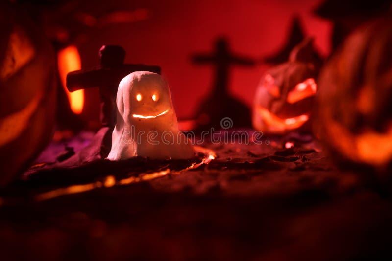 Halloween-Kürbise des nächtlichen gespenstischen Waldes und des Schlosses stockfotografie