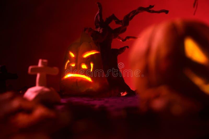 Halloween-Kürbise des nächtlichen gespenstischen Waldes und des Schlosses lizenzfreies stockfoto