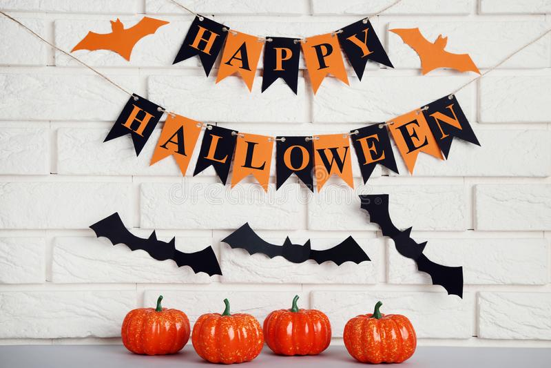 Halloween-Kürbise mit Papierschlägern stockfotografie