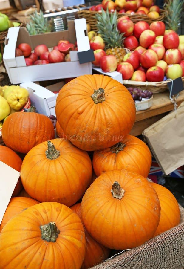 Halloween-Kürbise und andere Früchte am Stadtmarkt in London lizenzfreies stockfoto