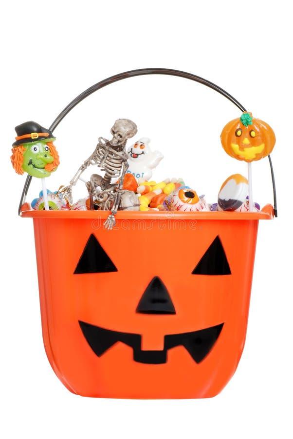 Halloween-Kürbiseimer gefüllt mit Süßigkeit lizenzfreie stockfotos