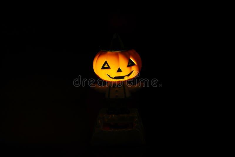 Halloween-Kürbisgesicht im dunklen Hintergrund stockfotos