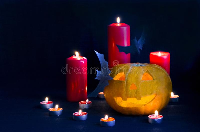 Halloween-Kürbishauptsteckfassung mit Schlägern und Kerzen Kopieren Sie Raum, Weichzeichnung, Unschärfe lizenzfreie stockfotos
