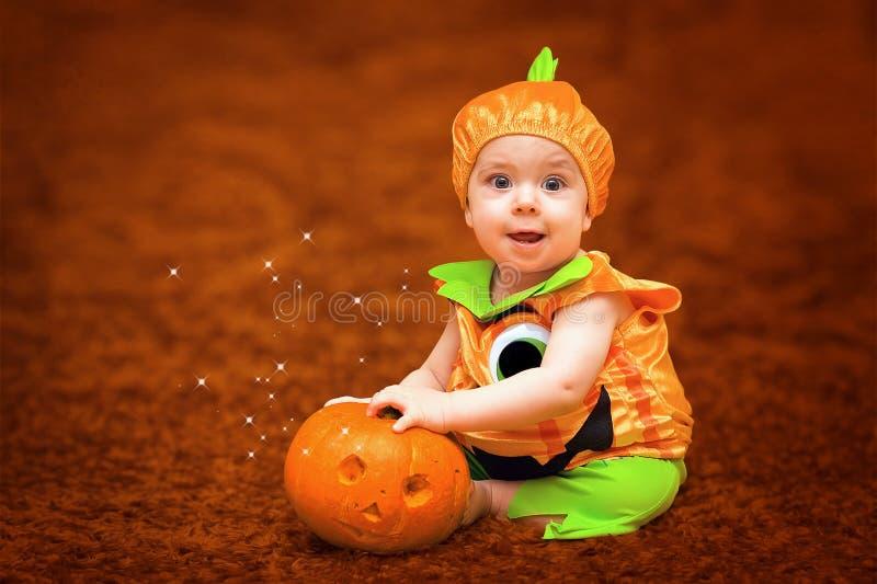 Halloween-Kind mit Kürbis lizenzfreies stockbild