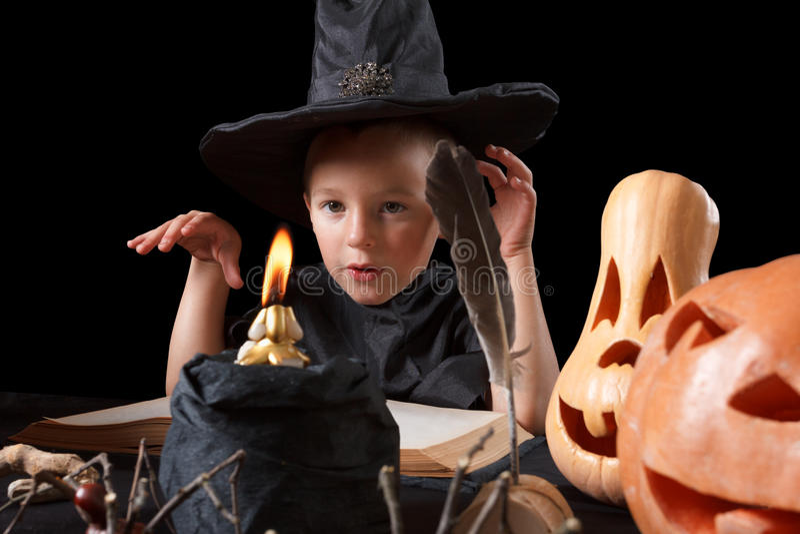 Halloween Kind, pompoen en magische dingen op zwarte achtergrond royalty-vrije stock afbeelding