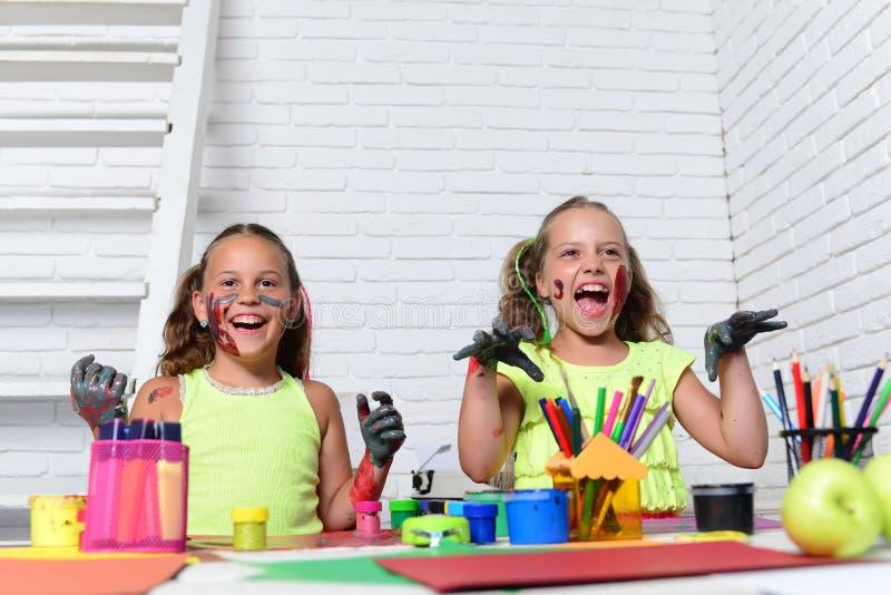 Halloween-Kinder mit den Zombie gemalten Händen stockbilder
