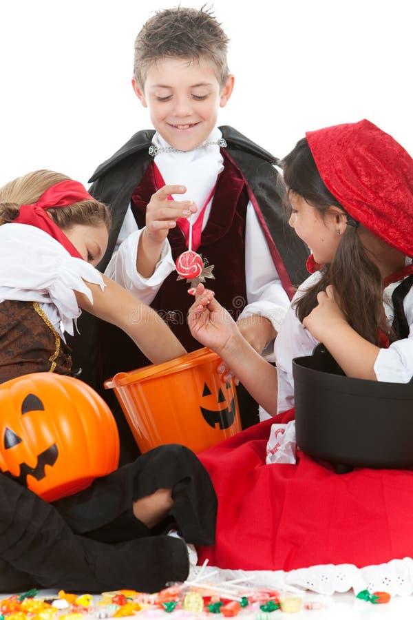 Halloween: Klaar om Halloween-Suikergoed te eten stock foto's