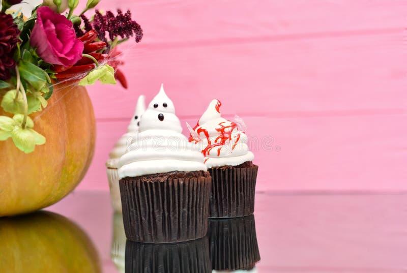 Halloween-kleine Kuchen Blutige kleine Kuchen des gespenstischen Geistes Halloween-trea lizenzfreies stockbild