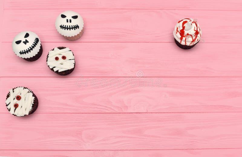 Halloween-kleine Kuchen Mama und Steckfassung-köpfiger blutiger kleiner Kuchen Hallowee stockfotos