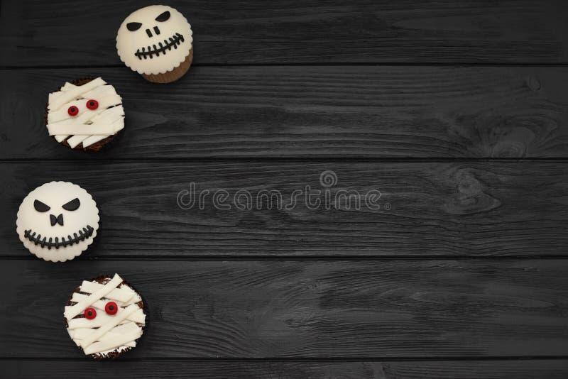 Halloween-kleine Kuchen Mama und Steckfassung-köpfiger kleiner Kuchen Halloween-Festlichkeit stockfotografie