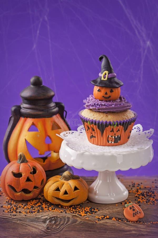 Halloween-kleiner Kuchen lizenzfreie stockfotografie