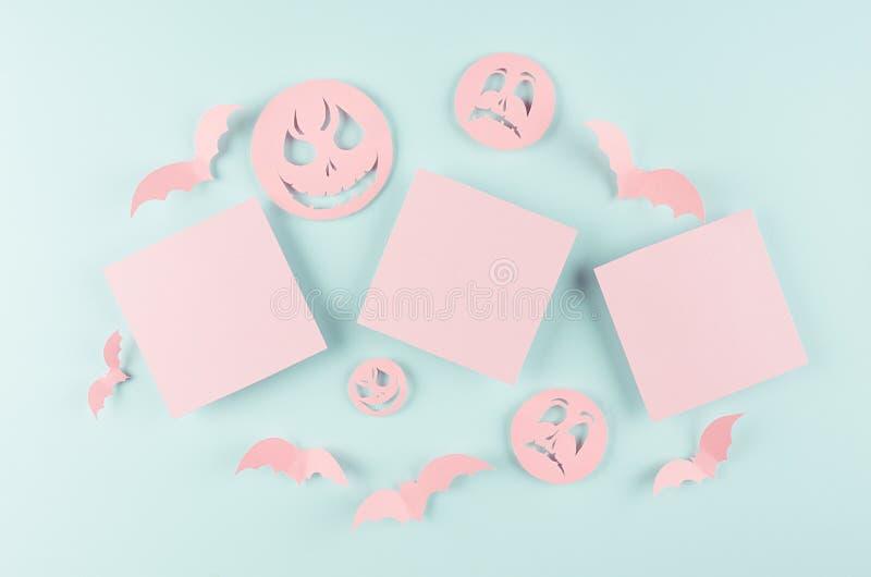 Halloween-Konzeptkunst des geschnittenen Papiers - drei rosa leere quadratische Aufkleber und Mengenschläger, Zombiegesichter auf stockfoto