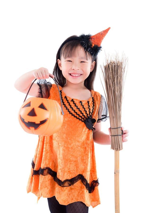 Halloween-Kostüm Hexe des Mädchens tragendes, das mit Besen steht stockfotos