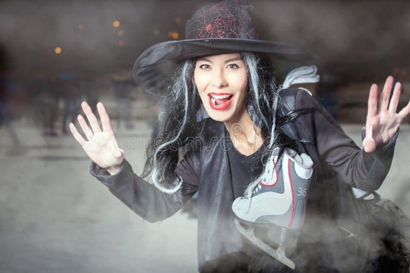 ¡Halloween! La bruja asiática vino patinar foto de archivo