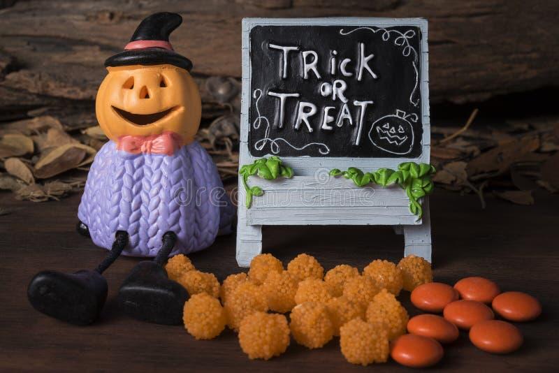 Halloween-lantaarn van de pompoen de hoofdhefboom o met suikergoed royalty-vrije stock foto