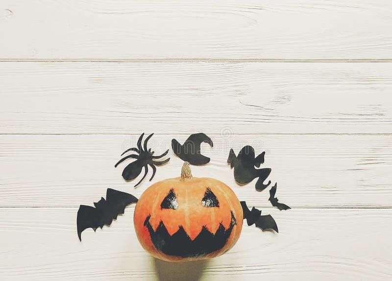 Halloween levante a abóbora da lanterna com os bastões e a aranha do fantasma da bruxa imagens de stock royalty free