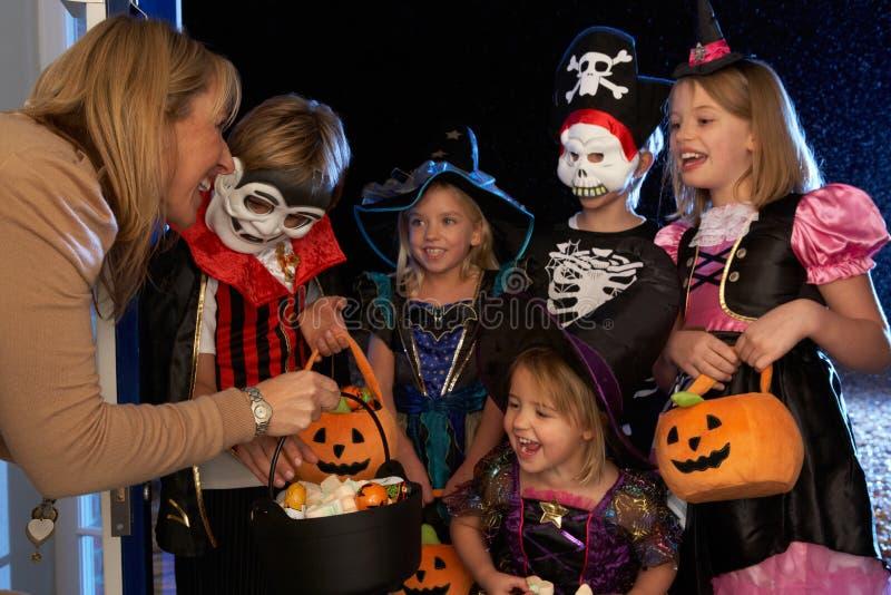 halloween lycklig deltagare som behandlar trick royaltyfri fotografi