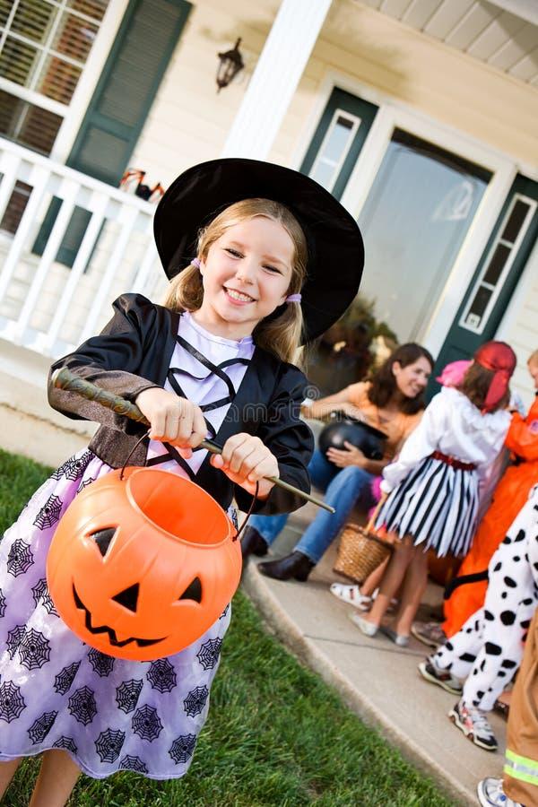 Halloween: Mädchen bereit zu Süßes sonst gibt's Saures lizenzfreie stockfotos