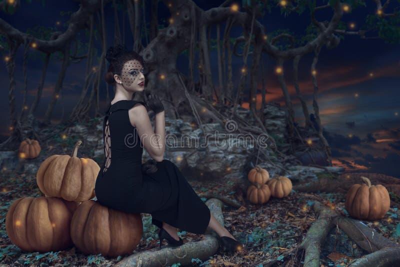 Halloween-Mädchen im dunklen Wald stockbilder