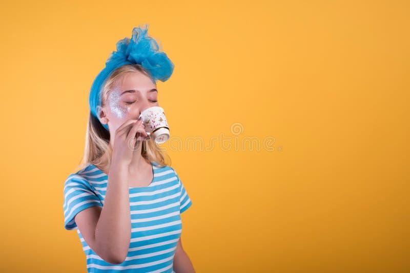 Halloween-Mädchenkonzept, psychedelischer Blick, Alice im Märchenland mit Tee stockfotografie