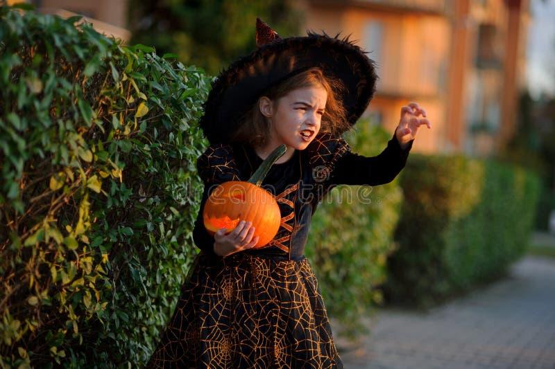 halloween Mała dziewczynka przedstawia złego enchantress zdjęcia royalty free