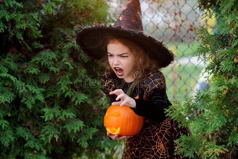 halloween Mała dziewczynka przedstawia złego enchantress obraz stock