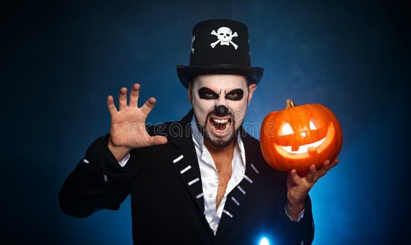 Halloween magisch skelet met pompoen mens in make-up en kosten royalty-vrije stock foto