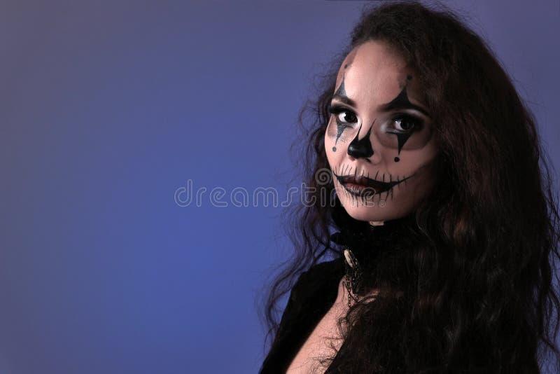 Halloween-make-up voor een partij op Al Heiligendag Portret van een mooi donkerbruin meisje met lang haar in zwarte kleren  stock foto's