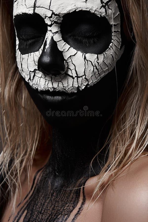 Halloween-Make-upideeën Witte Schedel op zwart Gezicht stock fotografie