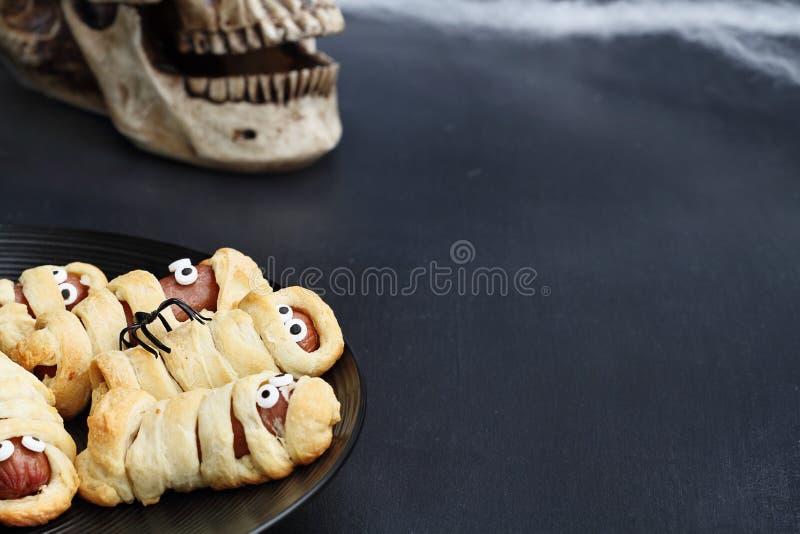Halloween-Mama-Hotdoge eingewickelt im Hörnchen Rolls lizenzfreies stockfoto