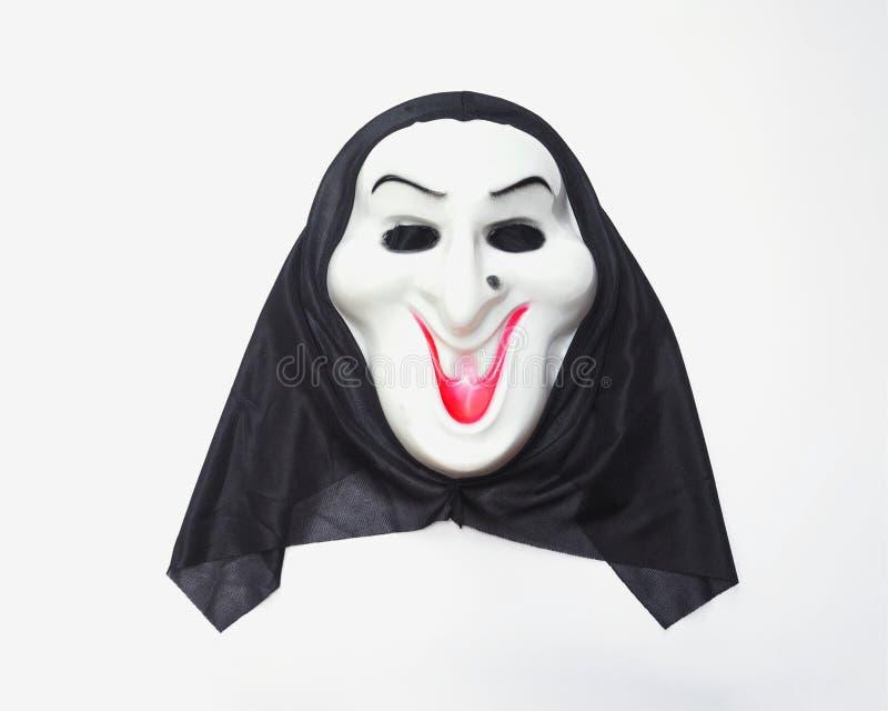 Halloween-Maske mit schwarzer Gewebehaube über weißem Hintergrund stockbilder