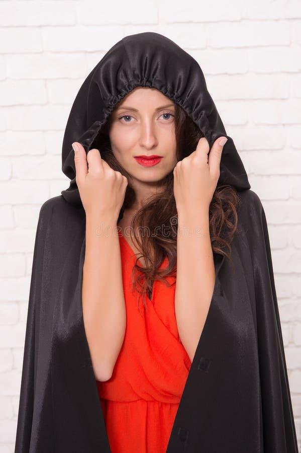 Halloween-Maskerade Gestaltung der Werbebotschaft, Abbildung Verfluchter h?bscher Frauenteufel Tod im schwarzen Mantelsymbol Vamp lizenzfreies stockbild