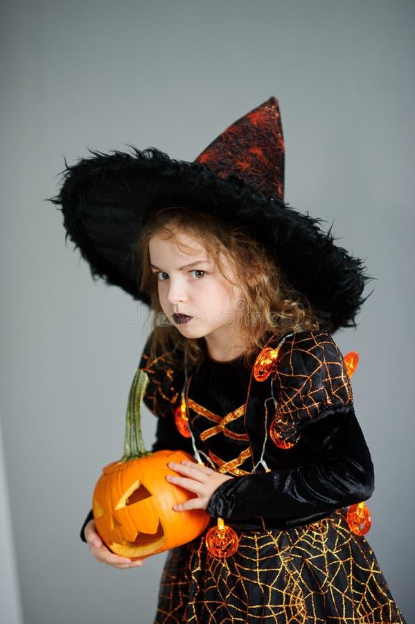 Halloween A menina retrata a feiticeira má fotos de stock