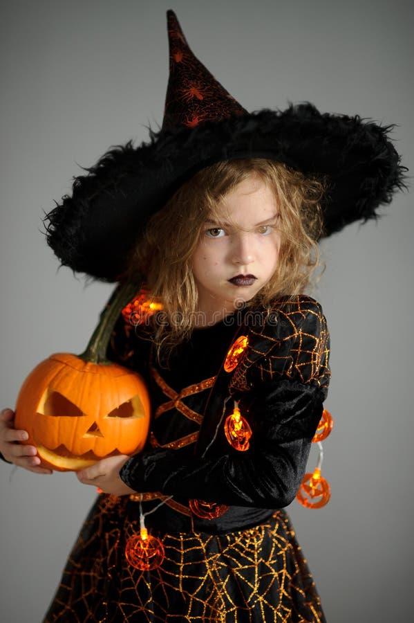 Halloween A menina retrata a feiticeira má foto de stock royalty free