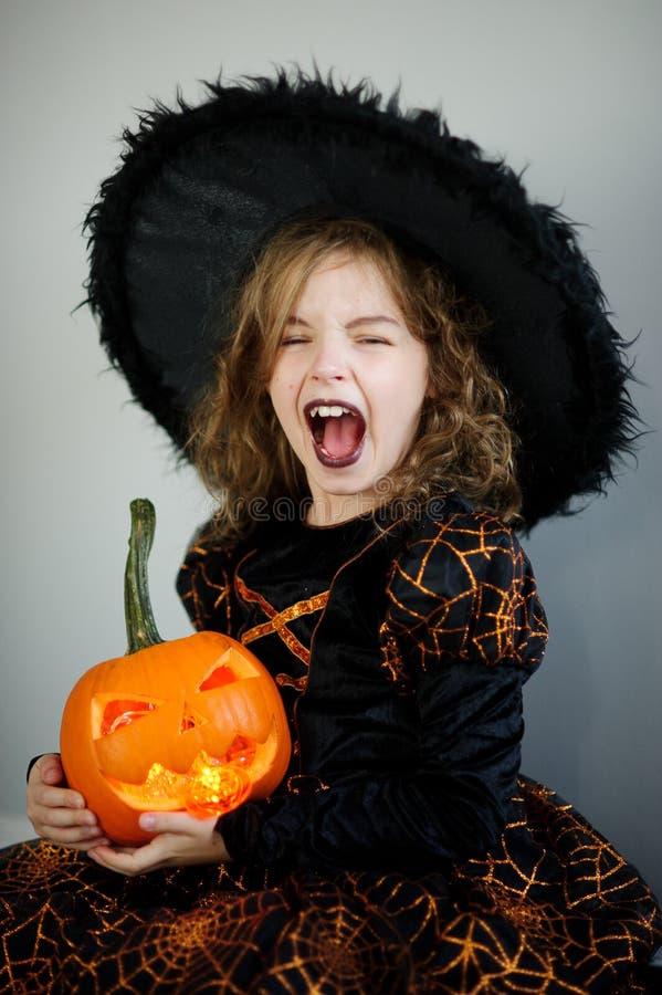 Halloween A menina retrata a feiticeira má fotos de stock royalty free