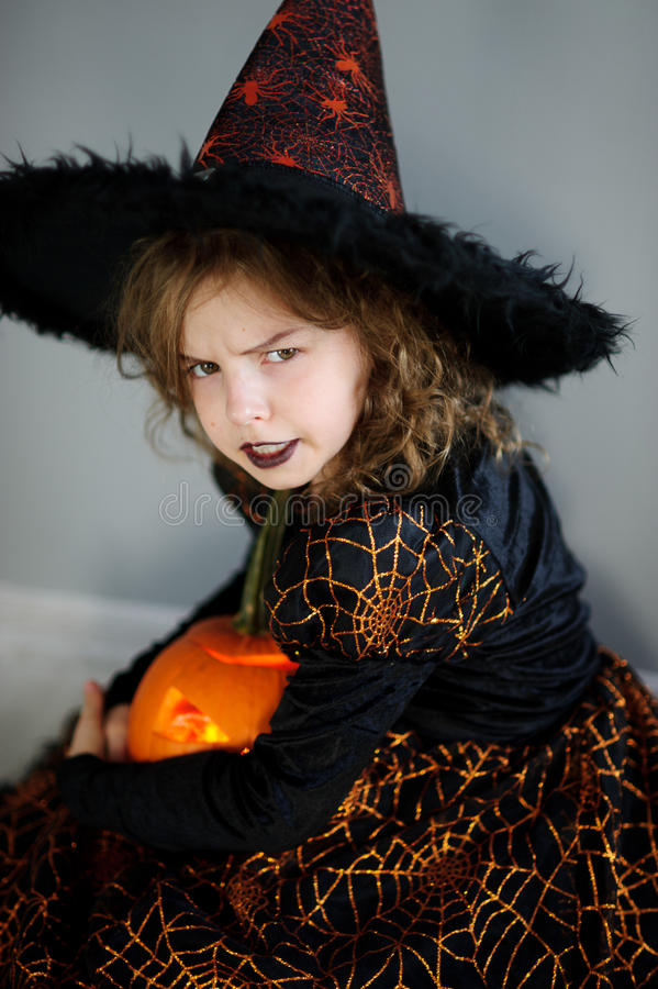 Halloween A menina retrata a feiticeira má imagem de stock