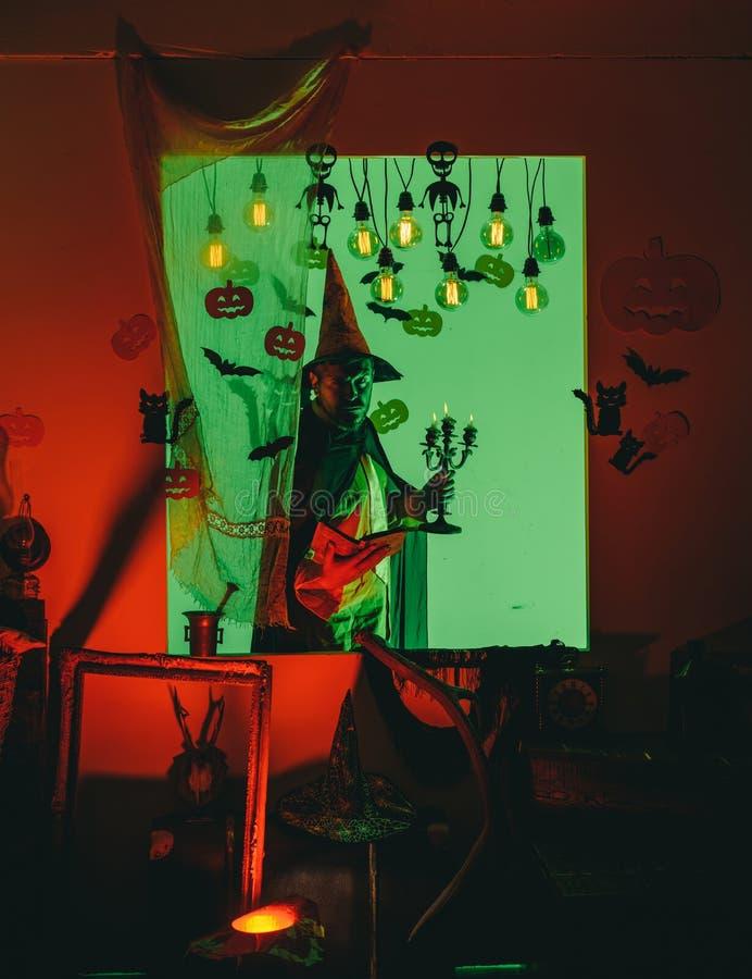 Halloween-mens met pompoen in duisternis Grappige wijze tovenaar op een Halloween-achtergrond Halloween, vakantieviering stock afbeeldingen