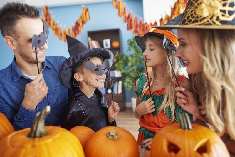 Halloween mit Familie lizenzfreie stockfotografie