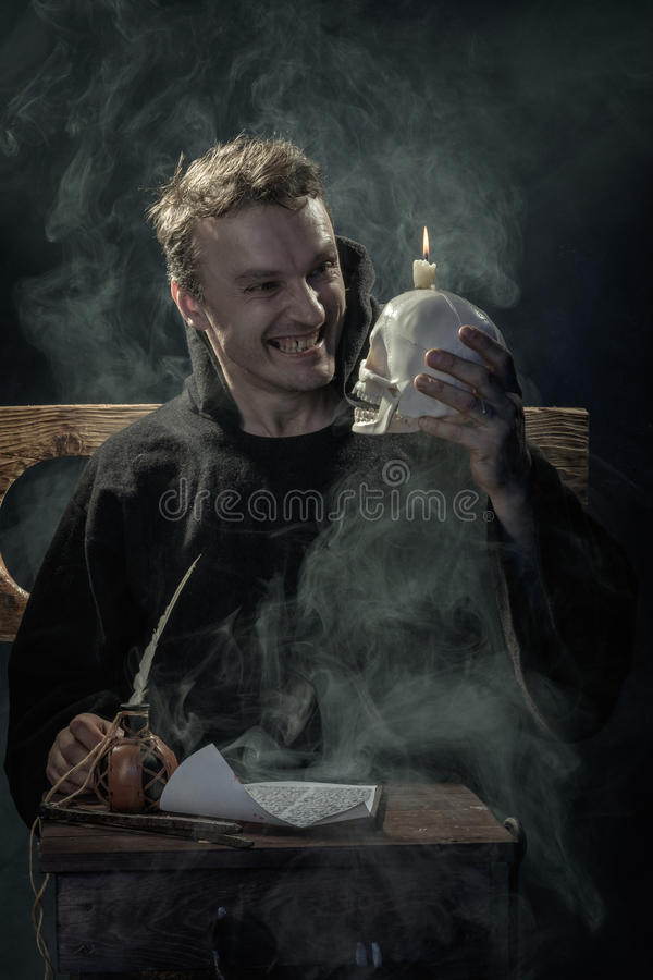 Halloween Monge de riso com um crânio em sua mão imagem de stock