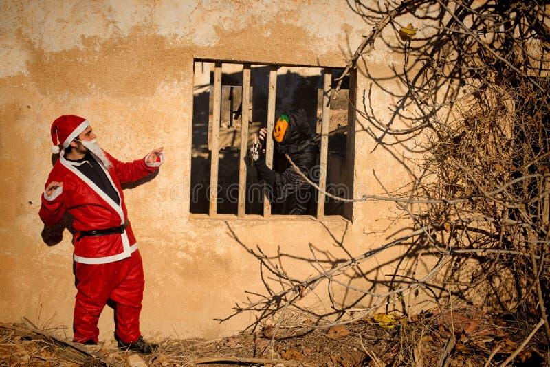 Halloween-monster tegenover Kerstman stock afbeelding