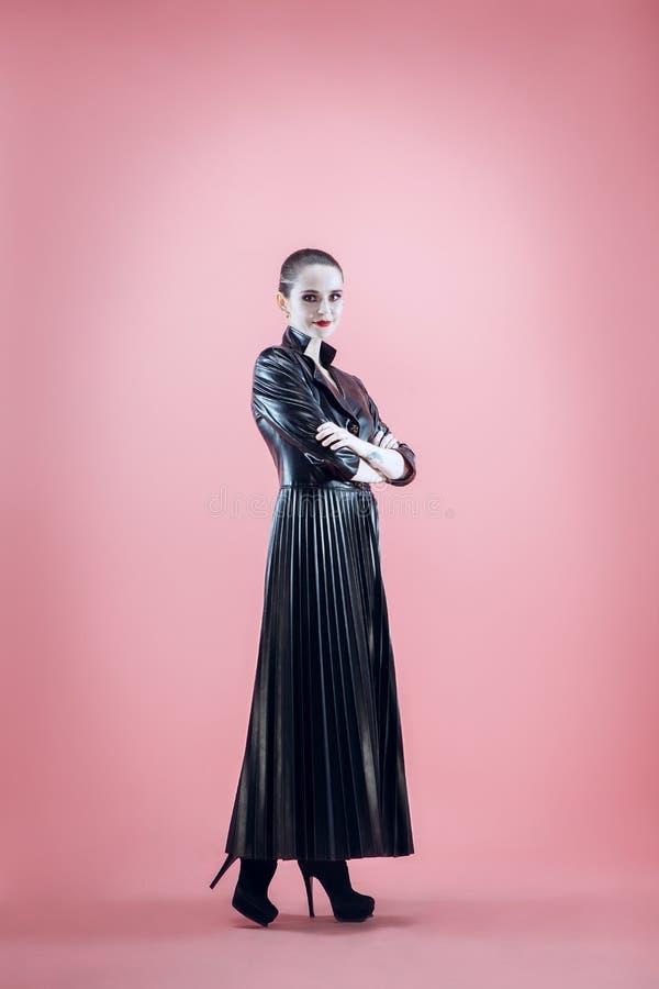 Halloween Mooie vrouw met heldere zwarte Halloween-zwart-witte make-up, stock afbeeldingen