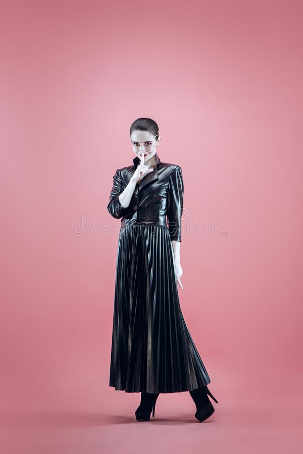 Halloween Mooie vrouw met heldere zwarte Halloween-zwart-witte make-up, stock foto