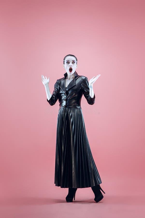 Halloween Mooie vrouw met heldere zwarte Halloween-zwart-witte make-up, royalty-vrije stock foto