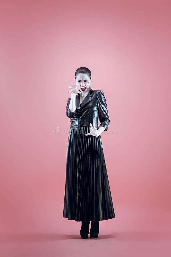 Halloween Mooie vrouw met heldere zwarte Halloween-zwart-witte make-up, royalty-vrije stock foto's