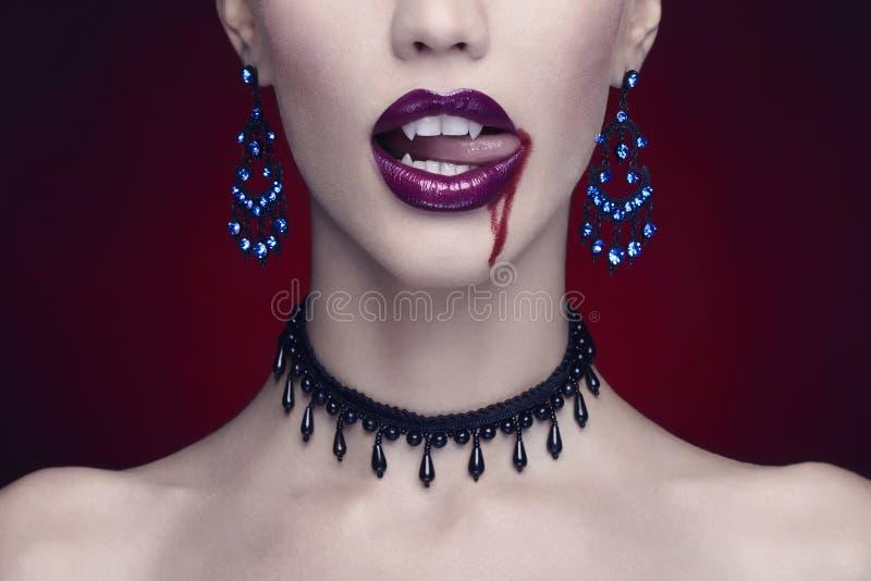Halloween, mujer hermosa, vampiro fotos de archivo